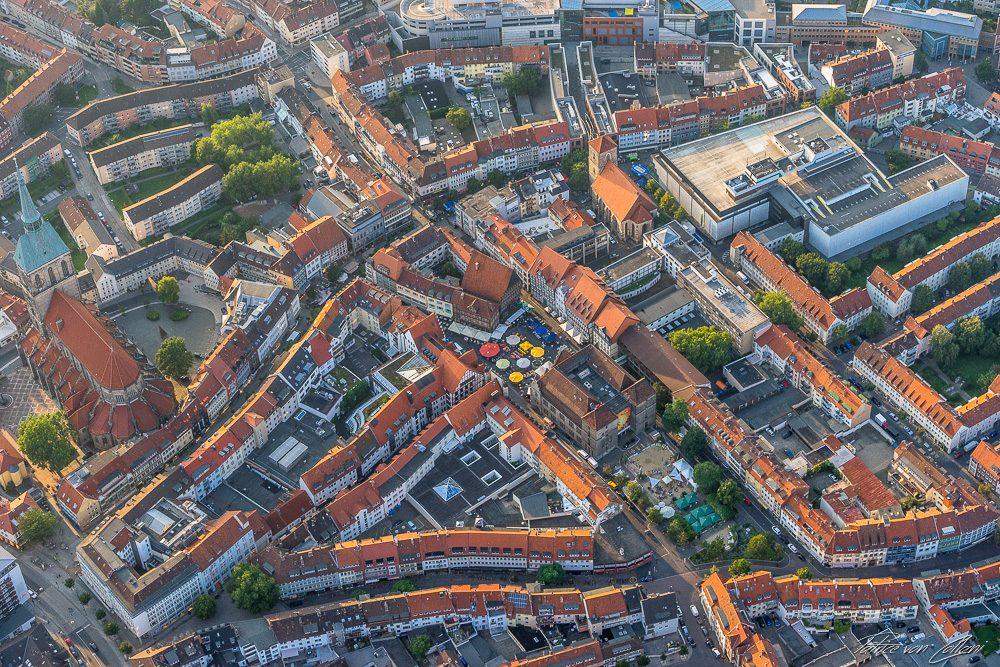 Luftbild Marktplatz mit Rathaus & links die St. Andreas Kirche Hildesheim
